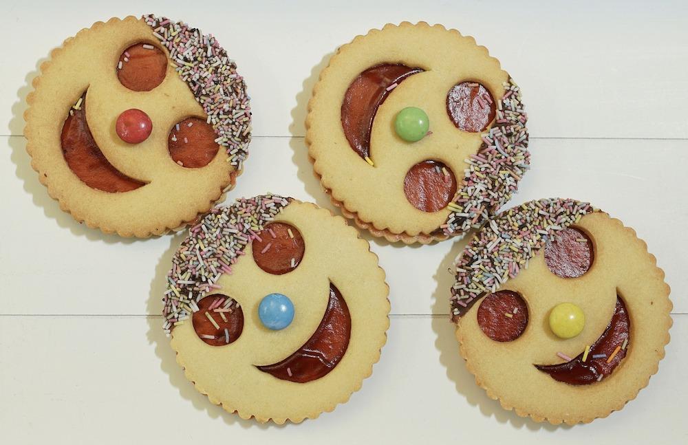 עוגיות לבית ספר עם ריבה ומעט שוקולד